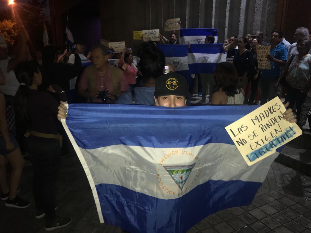 Ciudadanos realizan plantón en Catedral de Managua por los reos políticos - La Prensa (Nicaragua)