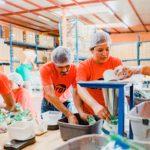 """Voluntarios de Cargill empacan alimentos para """"Pancitas Llenas"""" de Fundación Fabretto"""
