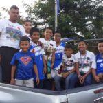 Reciben a niños basquetbolistas como héroes en Bonanza
