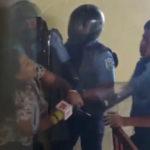 (VIDEO) Policías golpean y roban el celular a una periodista de Canal 12