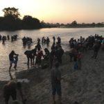 Cientos de migrantes cruzan río y entran a México