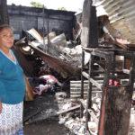 Artesana de imágenes religiosas lo pierde todo en incendio provocado por chispas en su taller en la periferia del mercado Oriental