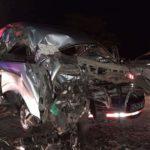 Dos fallecidos al chocar microbús contra rastra quemada