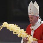 Papa Francisco bendice las palmas para el Domingo de Ramos en una Basílica de San Pedro casi vacía