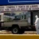 Trabajadores de Medicina Legal recogen a un muerto en el Huembes equipados y con traje especial antivirus