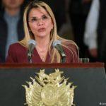 Presidenta de Bolivia destituye a ministro por declaración racista