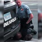 Arrestan y acusan por asesinato al expolicía que puso su rodilla sobre el cuello de un afroestadounidense hasta asfixiarlo