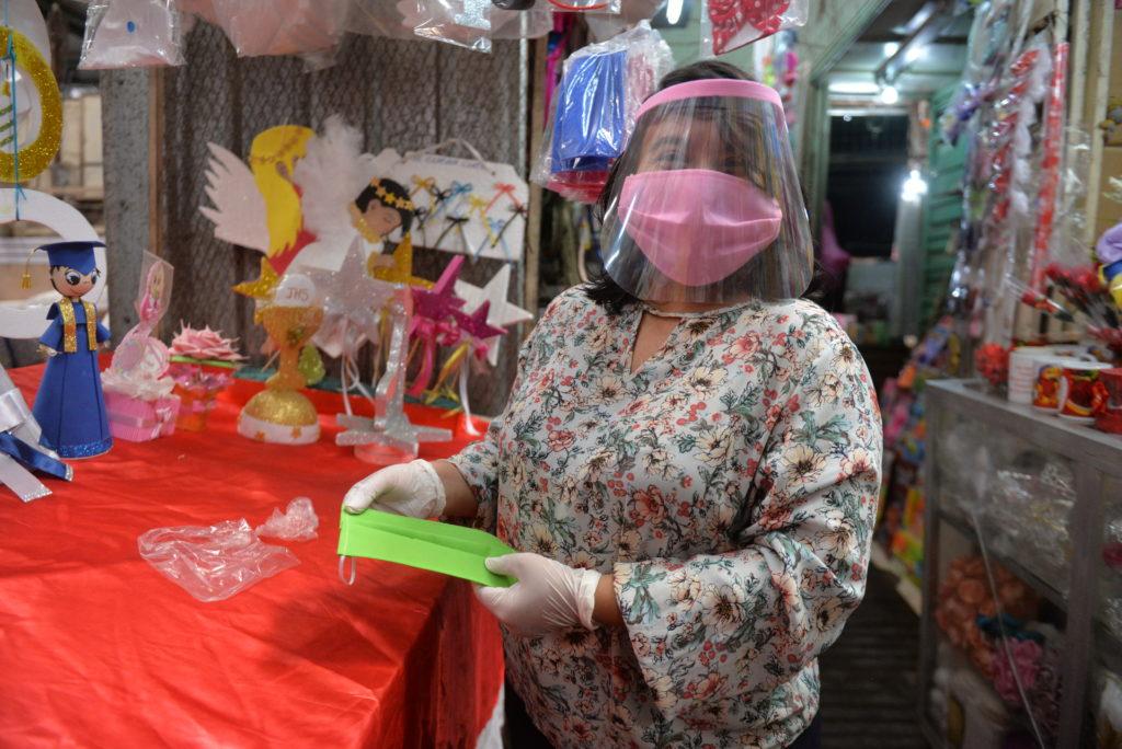 Comerciante del Roberto Huembes se aventuró a hacer mascarillas y  protectores faciales para generar ingresos