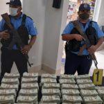 Policía decomisa dinero «olvidado» por narcos en lancha