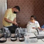 Madre e hijo fusionan su talento y creatividad elaborando protectores faciales ante pandemia