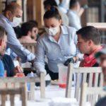 Contagios de coronavirus | 3 casos que explican cómo una reunión se puede convertir en un evento superpropagador de covid-19