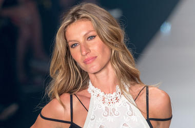 SAO PAULO, April 16, 2015 (Xinhua) -- Brazilian supermodel Gisele Bundchen presents fashion creation of Colcci on a fashion show of Sao Paulo Fashion Week in Sao Paulo, Brazil, April 15, 2015. Gisele Bundchen made her last catwalk stroll down Wednesday ni