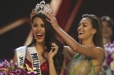 Miss Universe 2017 Demi-Leigh Nel-Peters, of South Africa, right, crowns new Miss Universe Catriona Gray, of Philippines, during the final of 67th Miss Universe competition in Bangkok, Thailand, Monday, Dec. 17, 2018.(AP Photo/Gemunu Amarasinghe)