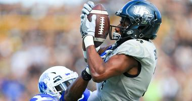 Dec 2, 2017; Orlando, FL, USA; UCF Knights wide receiver Tre'Quan Smith (4) catches a touchdown pass in front of Memphis Tigers linebacker Darian Porter (29) during the second half at Spectrum Stadium.