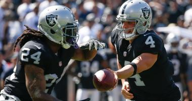 ep 17, 2017; Oakland, CA, USA; Oakland Raiders quarterback Derek Carr (4) hands the ball off to running back Marshawn Lynch (24) in the game against the New York Jets during the second quarter at Oakland Coliseum