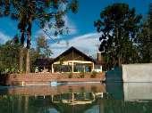vista da piscina com salão