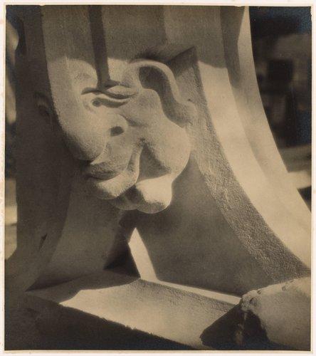 Maska, ornamentální plastický detail v nové části chrámu sv. Víta (Mask [Chimera], plastic ornamental detail in the new part of St. Vitus Cathedral, from the portfolio Svatý Vit, Saint-Guy)