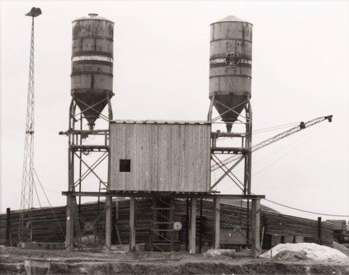 Silo und Mischanlage einer Baustelle, Essen, Ruhrgebiet (Silo and Machine for a Building Site, Essen, Ruhr District), from the portfolio Industriebauten (Industrial Buildings)