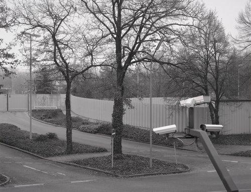 Rechter Teil der Haupteinfahrt, im Hintergrund der ehemalige Busbahnhof (Right Side of the Main Entrance; In the Background is the Former Bus Station)