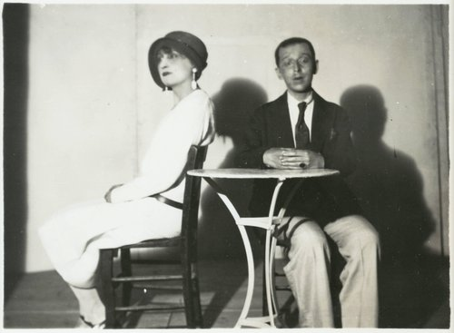 Hélène et Claude Cahun en banlieue (Hélène and Claude Cahun in the suburbs)