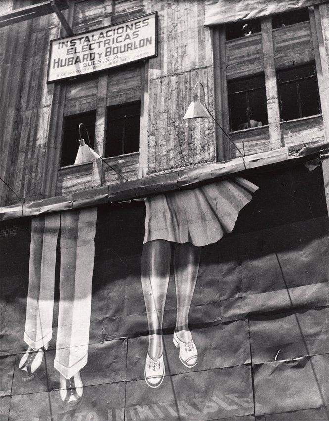 image of 'Dos pares de piernas (Two Pairs of Legs)'