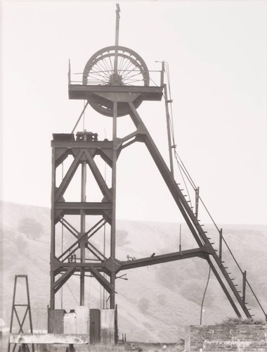 "Förderturm, ca. 1910, ""Blaenserchan"" Colliery, Pontypool, Südwales (Winding Tower, ca. 1910, ""Blaenserchan"" Colliery, Pontypool, South Wales), from the portfolio Industriebauten (Industrial Buildings)"