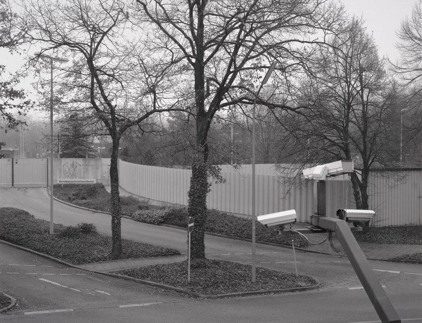 image of 'Rechter Teil der Haupteinfahrt, im Hintergrund der ehemalige Busbahnhof (Right Side of the Main Entrance; In the Background is the Former Bus Station)'