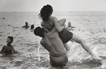 Garry Winogrand, photograph of man lifting up woman in ocean