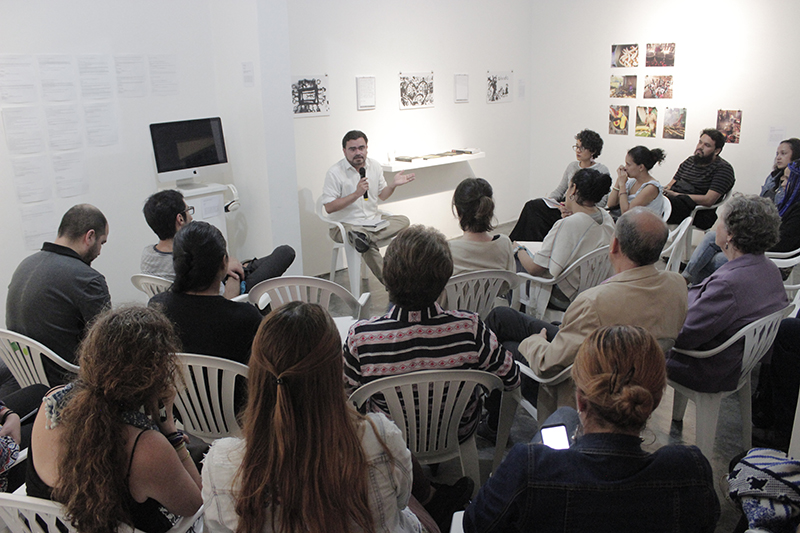 Seminar Urgent Questions: Causes, effects and possibilities of war and peace in Colombia with Mauricio Montoya, historian. Photo credit: Fundación Casa Tres Patios.