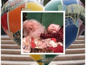 温馨时刻~小婴儿在圣诞老公公身上睡着了~