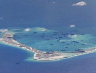 美军舰驶近南中国海中国控制岛礁