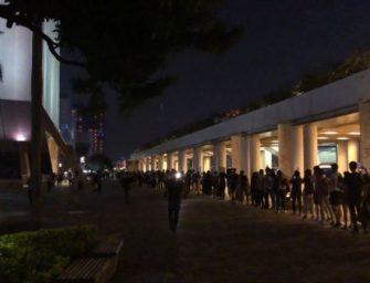 怼港府禁蒙面法,全港面具人链抗议