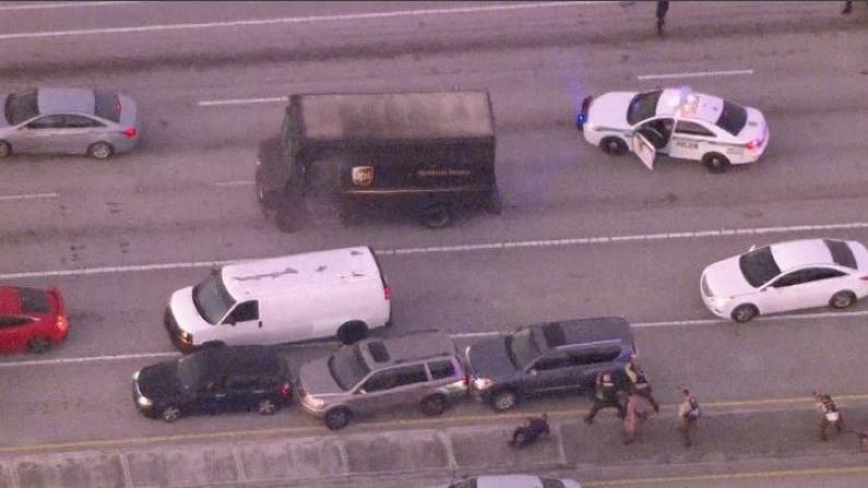公路枪战!劫持UPS货车与警方交火