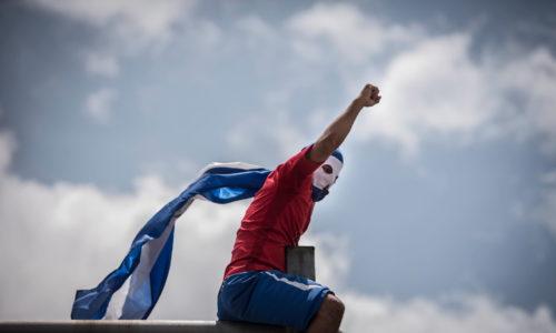 Un joven autoconvocado alza el puño durante una marcha que exigía justicia y la salida de los Ortega y Murillo. Foto/ Oscar Navarrete