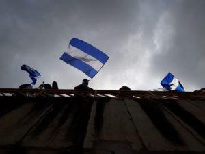Paso a desnivel de la Centroamérica. Ciudadanos autoconvocados alzan sus banderas durante la marcha: Despierta Nicaragua.