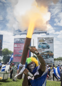 Los morterazos solían acompañar las manifestaciones azul y blanco. Foto/ Jader Flores