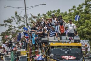 El machete, las botas de hule y el gritito de montaña de los campesinos, que tanto se habían visto y escuchado en sus incesantes marchas anticanal, también cobraron protagonismo en las protestas ciudadanas que exigían justicia para las víctimas de la represión y también la salida de los Ortega Murillo del poder. Los campesinos viajaron a Managua en varias ocasiones para apoyar multitudinarias marchas azul y blanco e incluso tuvieron un espacio en la Mesa del Diálogo Nacional, representados por su líder Medardo Mairena. Sin embargo, el régimen incrementó la represión en las ciudades y en el campo y actualmente muchos miembros del movimiento campesino están muertos, desaparecidos o huyendo. Y sus principales líderes son presos políticos o se encuentran en el exilio. (Foto de Oscar Navarrete)