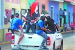 Encapuchados y generalmente con camisetas del mismo color para no matarse entre ellos mismos. El gobierno vistió y armó paramilitares y les dio luz verde para sembrar terror en las ciudades.