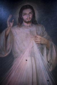 La imagen de Jesús de la Divina Misericordia, baleada por paramilitares el viernes 13 de julio de 2018.