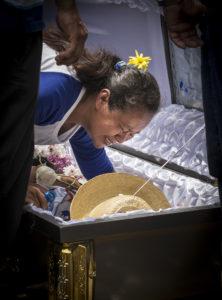 La madre de Gerald Vásquez se despide de su hijo.