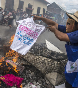 La quema de símbolos del Gobierno empezó en abril.