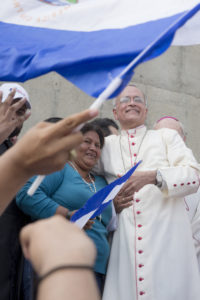 Francisca Ramírez, líder del Movimiento Campesino, con monseñor Silvio Báez, obispo auxiliar de Managua.
