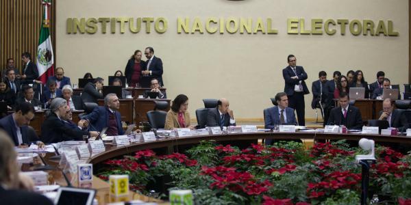 Cuestione   México   Consejeros de INE con aguinaldo millonario