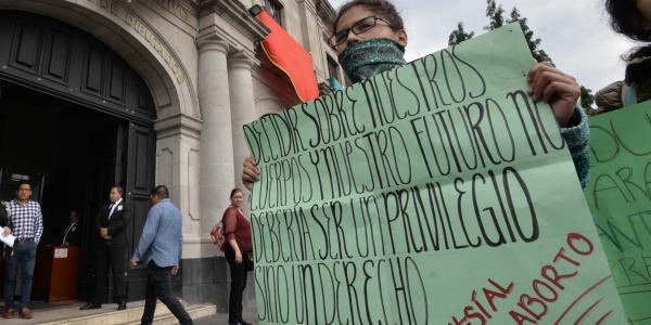 Cuestione   A Fondo   Busca Senado legalizar el aborto