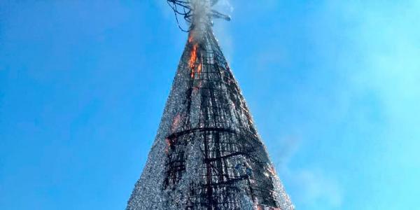 Cuestione   México   Incendian árbol de Navidad... esperen, ¿qué?