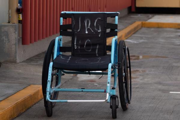 México | Mientras el gobierno paga por instalaciones temporales, abandona 30 clínicas y hospitales