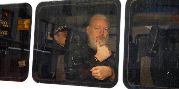 Global | La compleja intriga detrás de la entrega de Assange a la policía británica