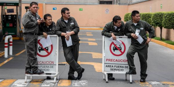 Cuestione | México | Vigilan federales reparto de gasolina en CDMX