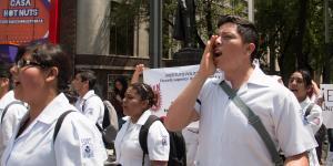 México | AMLO llama de vuelta a médicos jubilados y olvida a los jóvenes