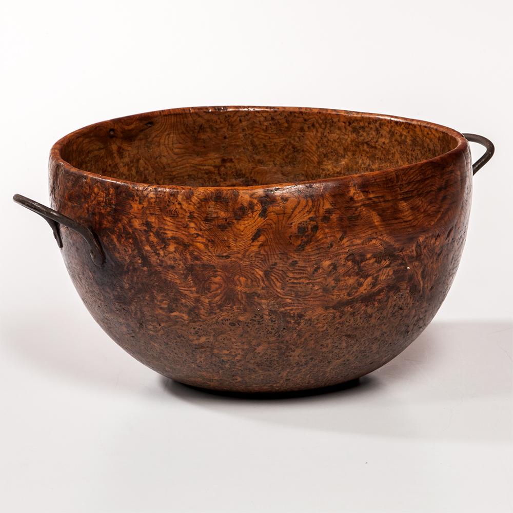Large Deep Turned Burl Bowl, America, 19th century (Estimate: $800-1,200)